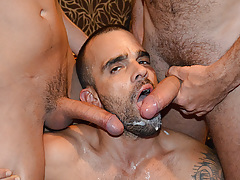 Yearn Bang stars Damien Crosse and 4 Hung and Uncut champs in an incredible gangbang/bukkake scene. Watch as each of the boys makes love and blasts his load in Damien's mouth! daddy gay porn